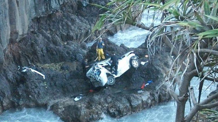 La camioneta de Alexandria y Anastasia Duval en el fondo de un acantilado, en Hawaii (AP)