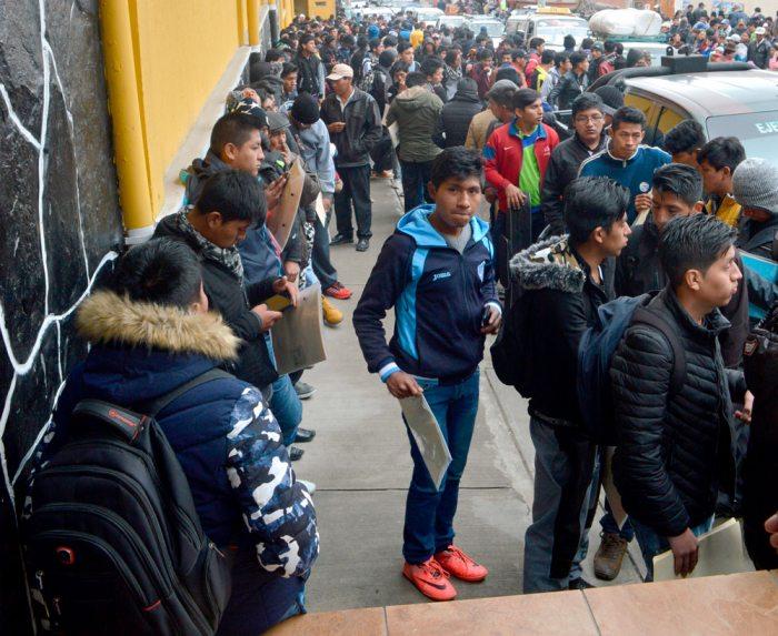 LA LARGA ESPERA PARA RECLUTARSE. FUE AYER EN EL RECINTO DE LOS COLORADOS DE BOLIVIA, EN LA ZONA NORTE DE LA PAZ.