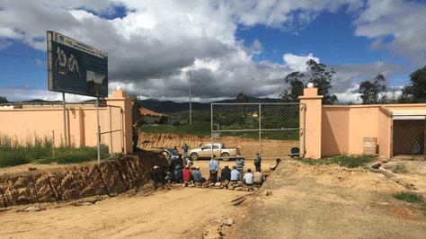Pobladores de Padilla bloquean el ingreso al campamento de la empresa Sinohydro. Foto: Sinohydro