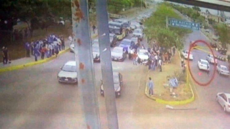 Los testigos rodearon el vehículo mientras los agresores huyeron.