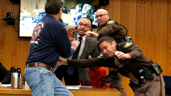 Padre de 3 víctimas de abuso sexual intenta agredir a Larry Nassar