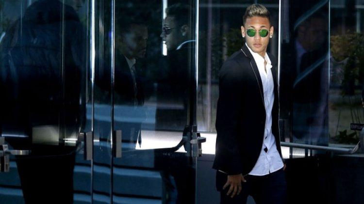 Neymar pidió a sus invitados que vistan de negro: los hombres con smoking y las mujeres con vestido largo (AP)