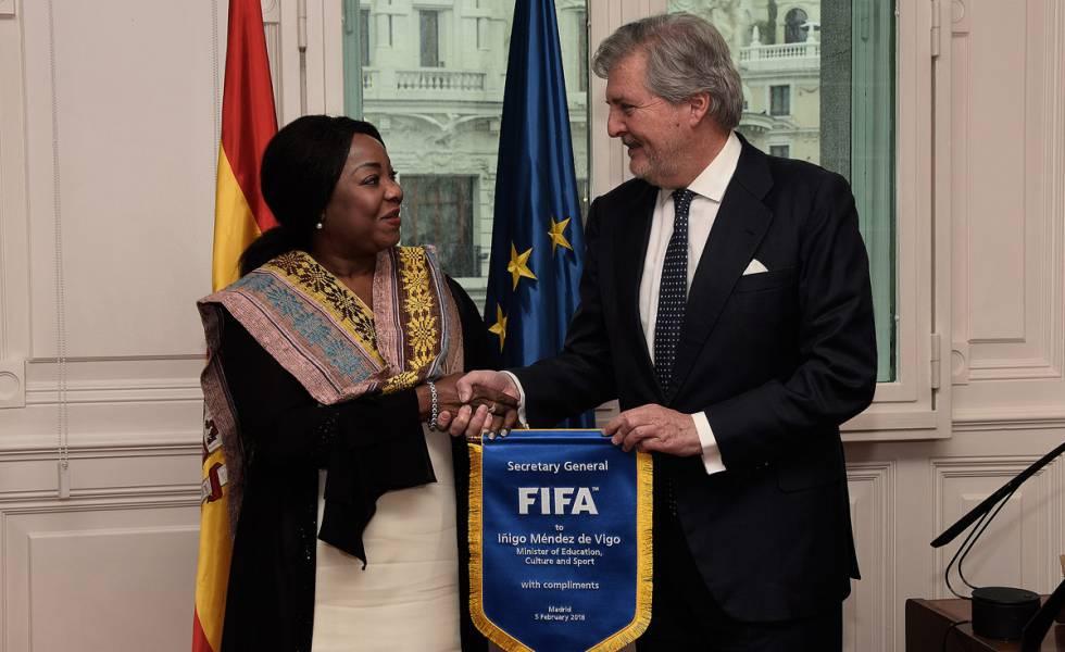 La secretaria general de la FIFA, Fatma Moura, con el ministro de Educación, Cultura y Deportes, Íñigo Méndez de Vigo,