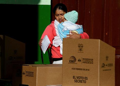 Una mujer emite su voto en Quito, Ecuador.