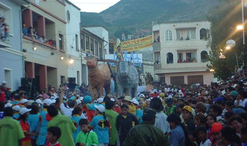 PECULIARIDAD. El Carnaval de Vallegrande muestra su tradición y se la vive con alegría y mojazón.