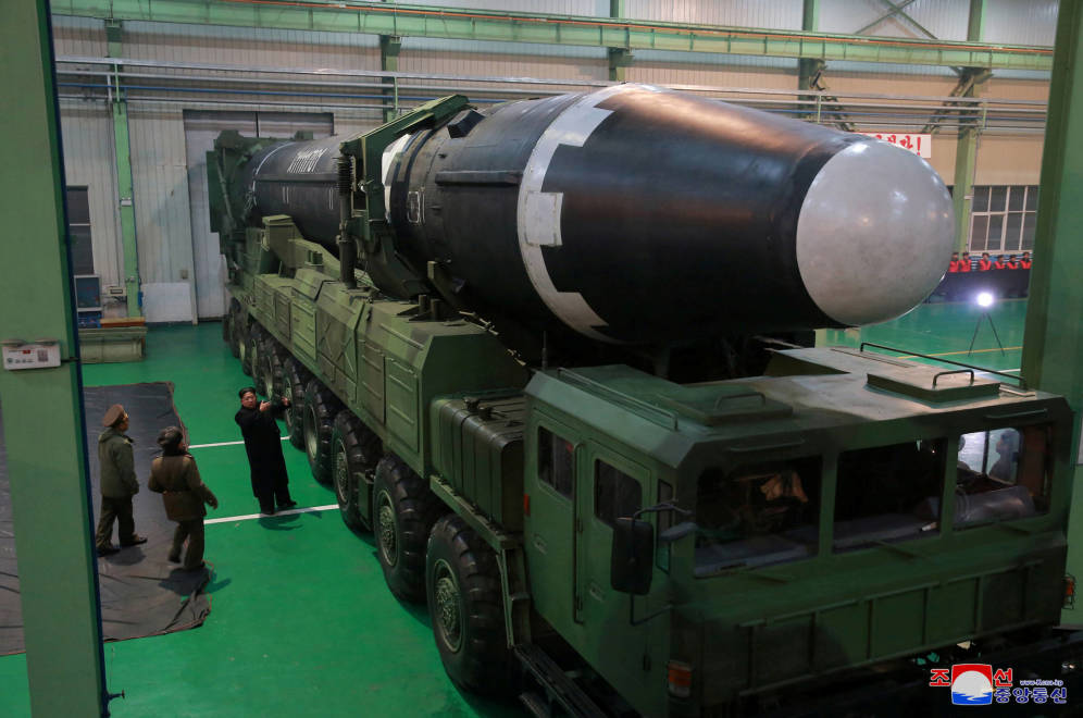 Foto: El líder norcoreano Kim Jong-un junto al nuevo misil intercontinental Hwasong-15, en una imagen distribuida por la Korean Central News Agency. (Reuters)