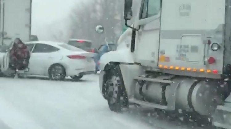 La mujer vio venir al camión y salió rápidamente de su auto