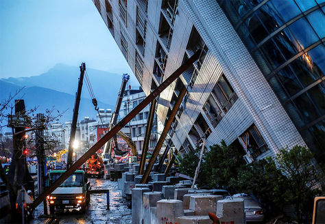 Varias vigas apuntalan un edificio escorado en Hualien, en el este de Taiwán.
