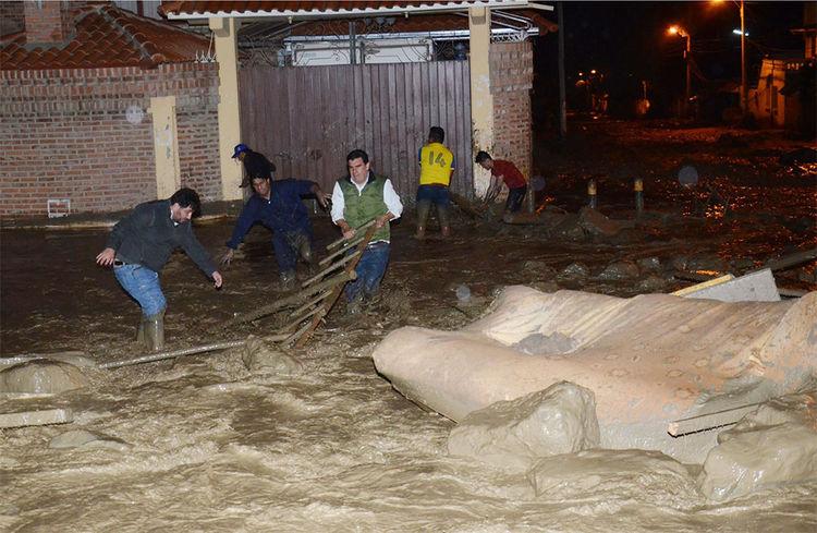 El desborde del rio Taquiña que provoco la caída de muros y afecto a varias viviendas. Foto: Fernando Cartagena
