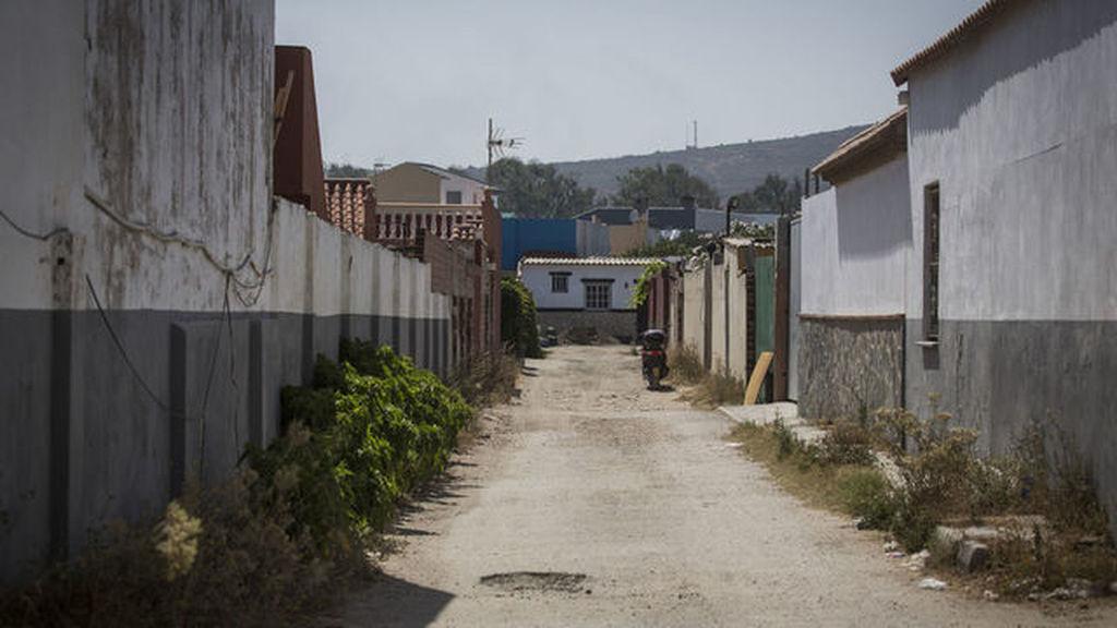 Una de las calles de El Zabal, donde los narcos han levantado casas y naves para almacenar el hachís.