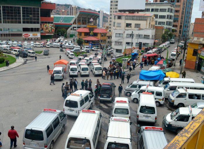 La ciudad de La Paz amaneció ayer bloqueada por micros y minibuses.