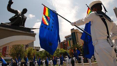 Bandera de la Reintegración Marítima en un acto por el 23 de marzo