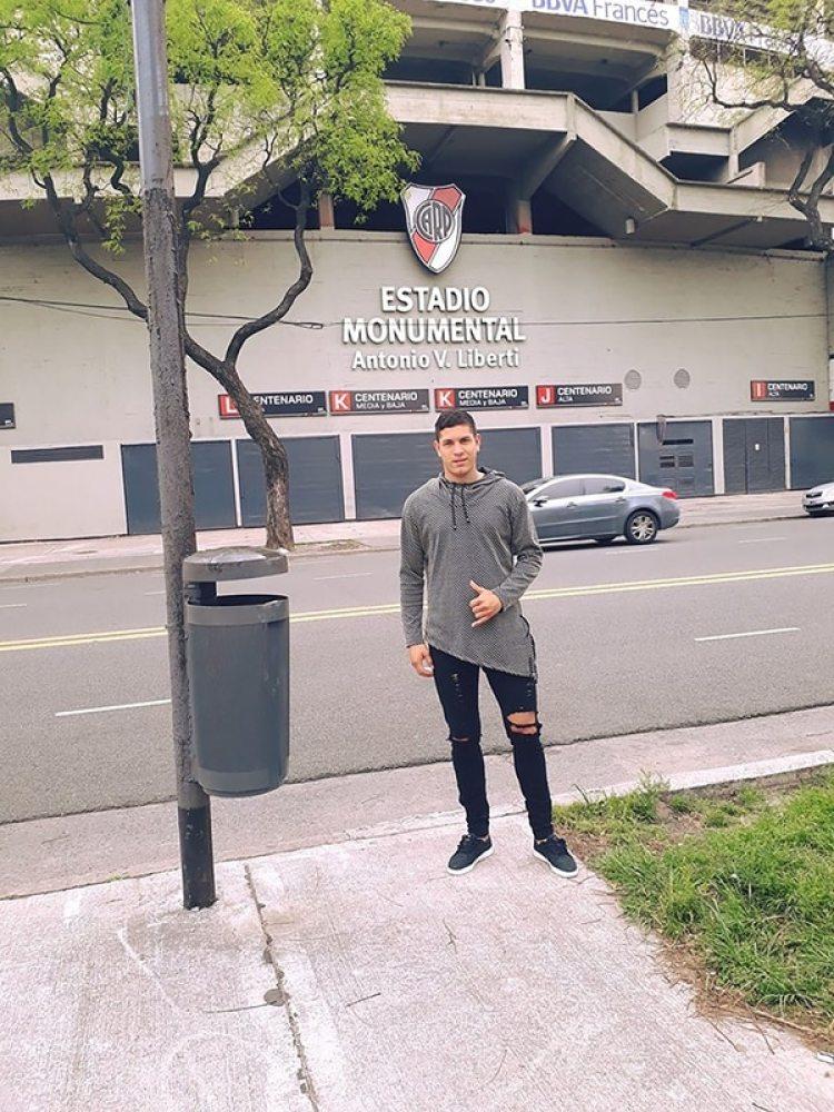 El futbolista Caballero en una visita que realizó al Estadio Monumental de River Plate (Facebook)