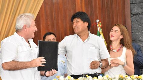 El gobernador Rubén Costas y el presidente Evo Morales en el acto de firma de acuerdos de crédito.Foto:ABI