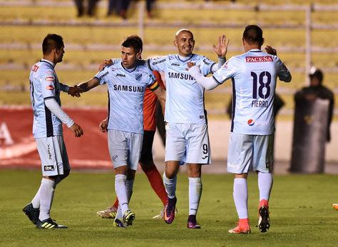 Riquelme es felicitado por sus compañeros tras anotar su gol frente a Nacional Potosí.
