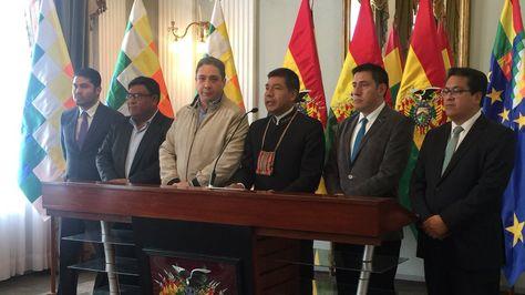 El equipo jurídico boliviana tras la reunión en la que trataron la agenda de reuniones por el mar y el Silala. Foto:Cancillería