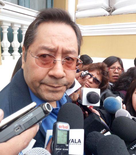 El exministro de Economía Luis Arce en contacto con periodistas.