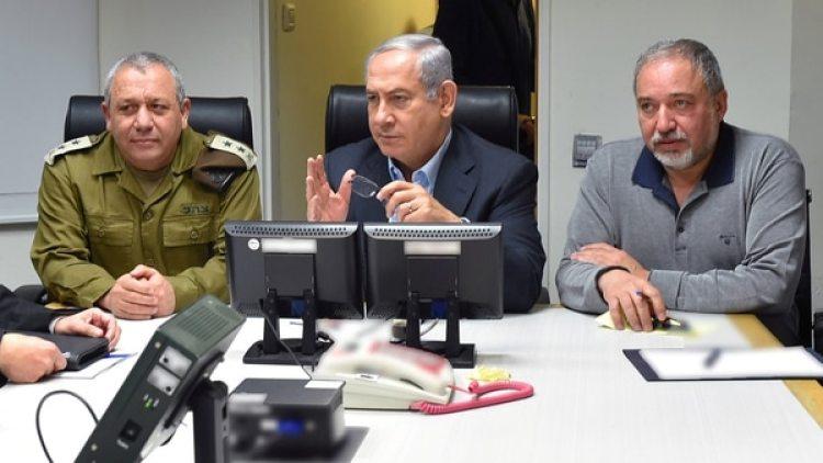 El primer ministro israelí, Benjamin Netanyahu, junto a su ministro de Defense Avigdor Liebermanyel teniente en jefe del Estado Mayor, el general Gadi Eizenkoten Tel Aviv(Reuters)
