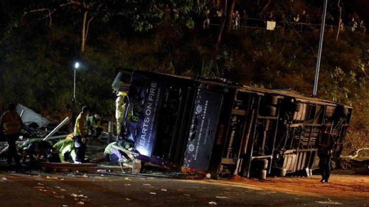 Rescatistas trabajan junto al autobús accidentado(Reuters)