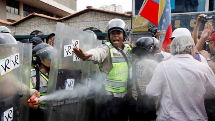 La Guardia Nacional Bolivariana reprime brutalmente a los venezolanos (Reuters)