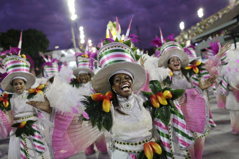 Inetgrantes de la escuela de samba Mocidade en su desfile en el sambódromo de Río de Janeiro (Brasil), el 12 de febrero de 2018.