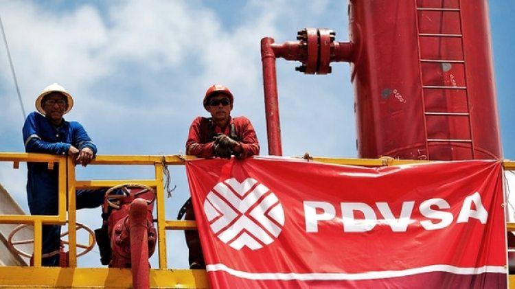 Venezuela tiene una dependencia casi total de PDVSA, pero su producción continúa cayendo (EFE)
