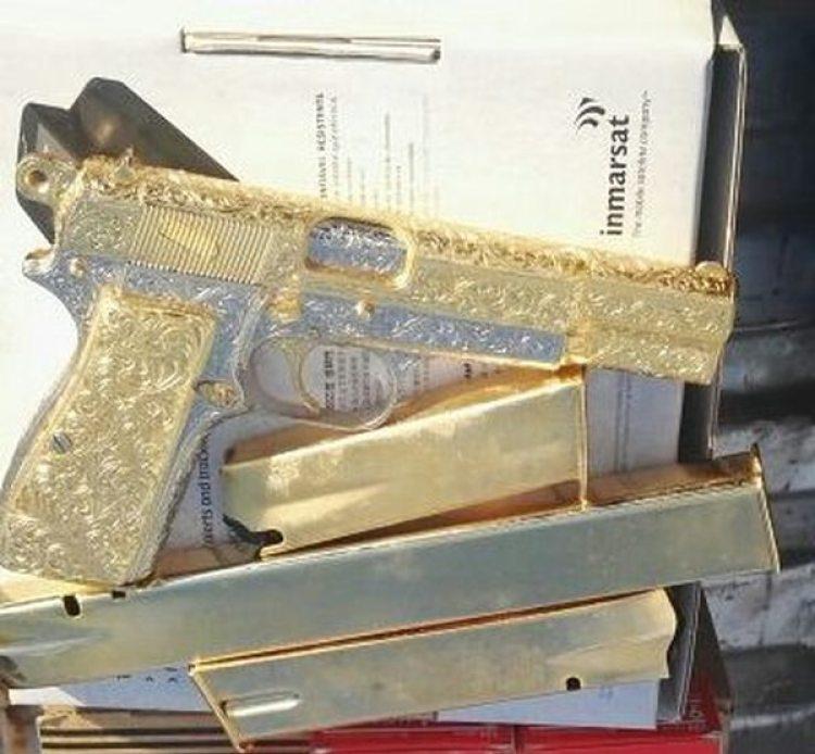 Una pistola de oro encontrada entre las armas de los narcotraficantes