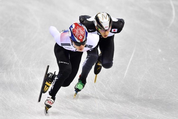 El japonés Kei Saito (derecha) durante los juegos de PyeongChang (AFP)