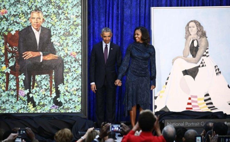 El ex presidente estadounidense Barack Obama y la ex primera dama Michelle posan junto a sus retratos (REUTERS/Jim Bourg)