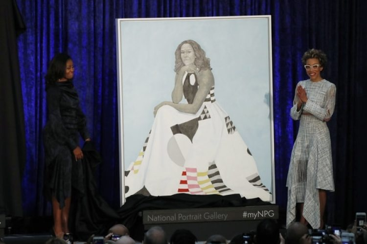 Michelle Obama y la artista Amy Sherald (REUTERS/Jim Bourg)