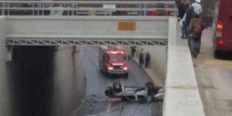 Un tren embistió su camioneta, la arrastró y tiró al vacío: salió caminando ilesa