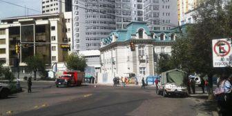 La Paz. Bomberos y YPFB controlan fuga de gas en obra cerca de la plaza Isabel la Católica