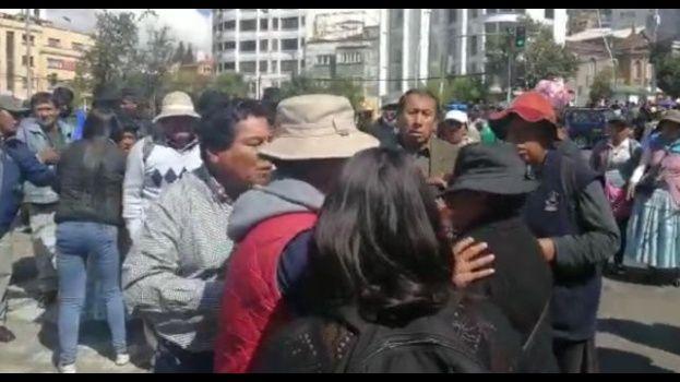 Viceministro Cárdenas protagoniza riña y agrede a una mujer en La Paz durante el paro
