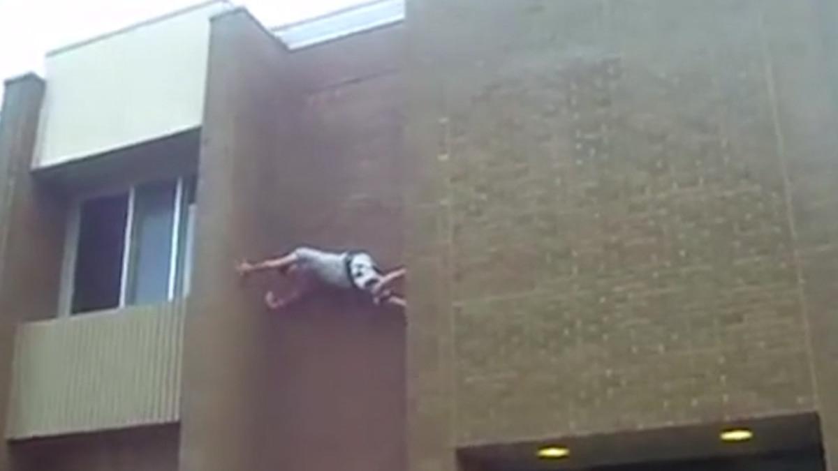 """Quiso trepar por un edificio y """"las zapatillas resbaladizas"""" le provocaron una tremenda caída con doble fractura"""