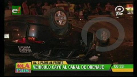 Vehículo cae a un canal de drenaje y deja 2 personas gravemente heridas