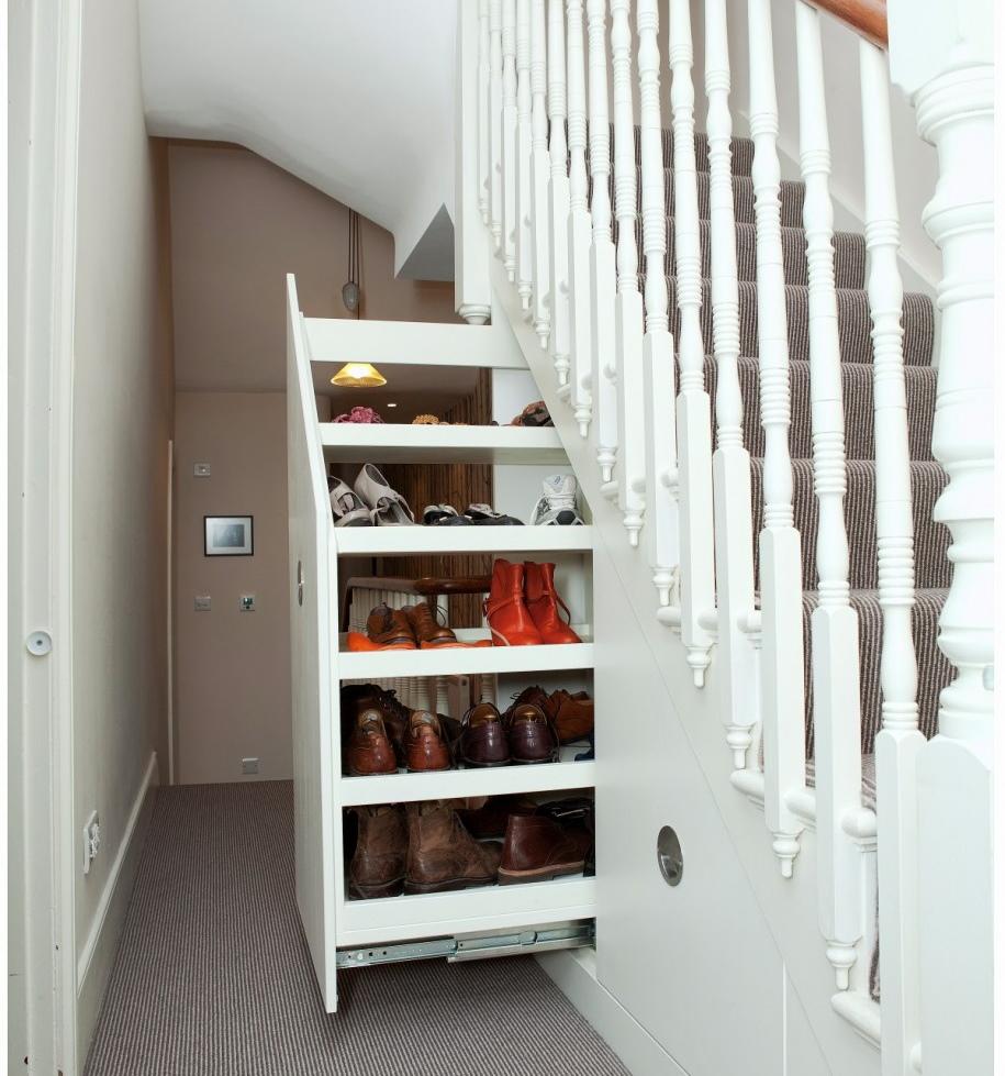 C mo aprovechar el espacio debajo de la escalera for Biblioteca debajo de la escalera