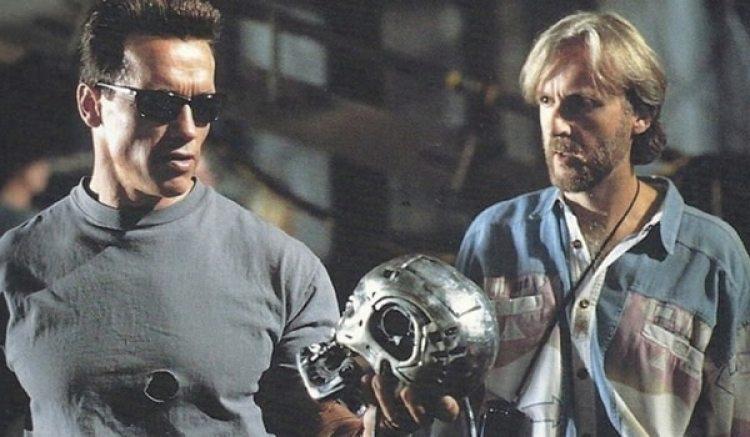 Arnold Schwarzenegger, caracterizándose como Terminator.