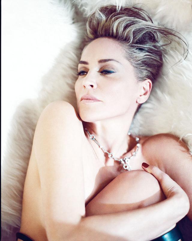 La actriz con culotte de Eres, cinturóncorsé de cuero negro de Una Burke, botas de gladiador de cuero de Versace, anillo de diamantes de Van Cleef & Arples y collar de brilantes de Cartier.