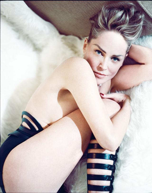 La actriz lleva cinturóncorsé de piel de Una Burke, botas estilo gladiador de Versace, braguitas de Eres, collar de diamantes de Cartier y anillo de diamantes de Van Cleef & Arples.