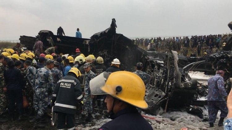 Los servicios de emergencia acuden al lugar donde se estrelló la aeronave (AP)