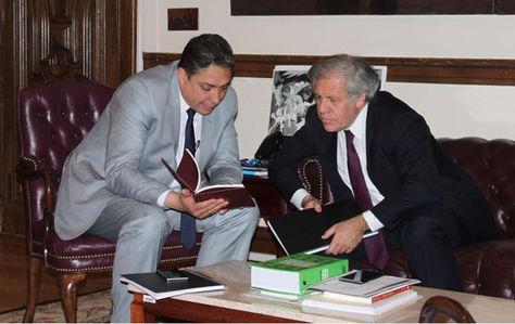 El ministro de Justicia, Héctor Arce (i), y el secretario general de la OEA, Luis Almagro.