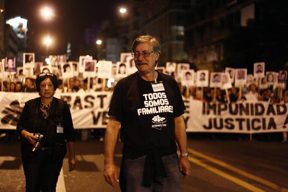 Miles de uruguayos participan en la Marcha del Silencio por los desaparecidos durante la dictadura en Uruguay (1973-1985), en Montevideo. (EFE)