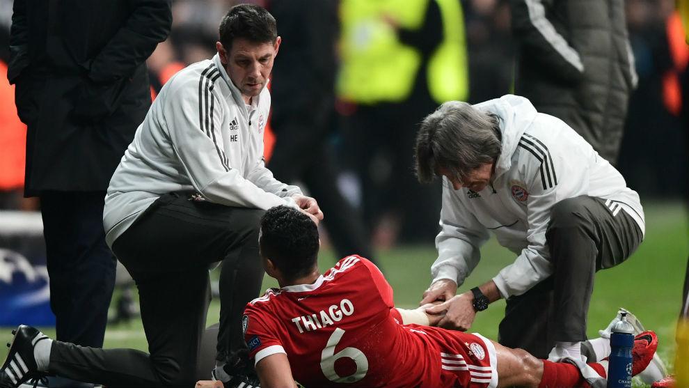 Thiago, atendido por los médicos del Bayern tras caer lesionado.