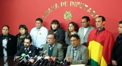 El abogado constitucionalista Carlos Alarcón (centro) junto a un grupo de ciudadanos. Foto: La Razón