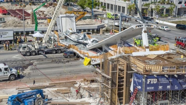 El puente, realizado con el método de construcción acelerada, fue montado el sábado y colapsó cinco días más tarde, dejando muertos y heridos (EFE)