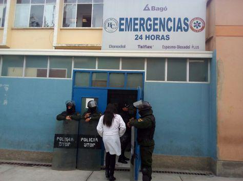 La sala de emergencia del Hospital de Clínicas, resguardada por policías. Foto. Brayan Gamboa