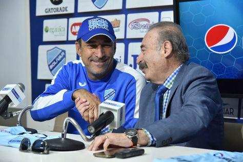 Vinicius Eutropio (izq.) junto a Guido Loayza en le presentación del entrenador brasileño. Foto: Archivo La Razón
