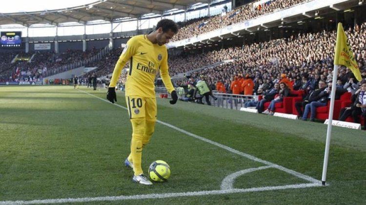 Neymar no está a gusto con el estado de los terrenos de juego en los equipos que PSG visita