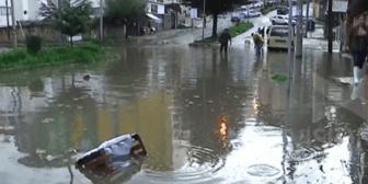Intensas precipitaciones inundan calles y avenidas en La Paz