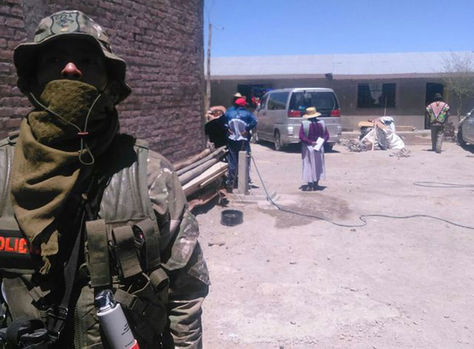 Personal de la Aduana resguarda una casa en Sabaya, Oruro en enero de 2018. (Archivo)